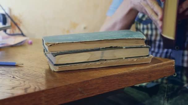 az ember olvasás régi könyv közeli fordul az oldal oktatási videóinak