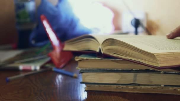 muž čtení staré knihy detail vzdělávání obrací stránky video