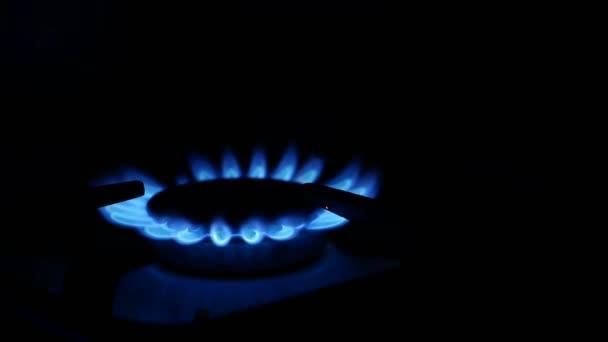 Gasherd im Haushalt wird blau angezündet