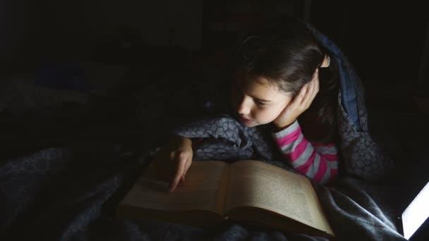dospívající dívka dítě kniha čtení noc s baterkou ležící pod dekou