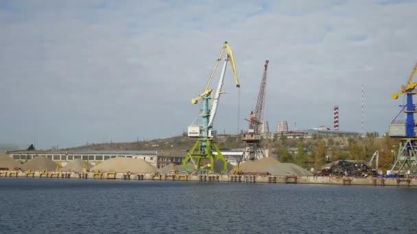 rakomány daru a tengeri hajó berakodás folyó port nézetben