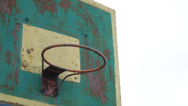 alter Basketballkorb von unten nach außen Rostiger Eisenkugel kommt in den Korb