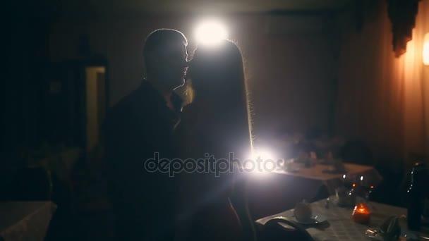 pár Líbání Romantický večer v restauraci siluety Valentýn