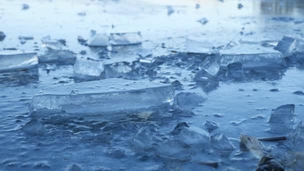 Eis gefrorenes Wasser auf dem Fluss Eisbruch Schutt schöne Winterlandschaft Natur