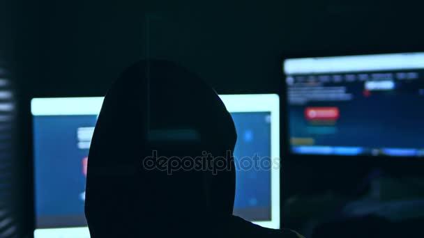 Hacker člověka, snaží narušit bezpečnost počítačového systému vyhledávání Internetu