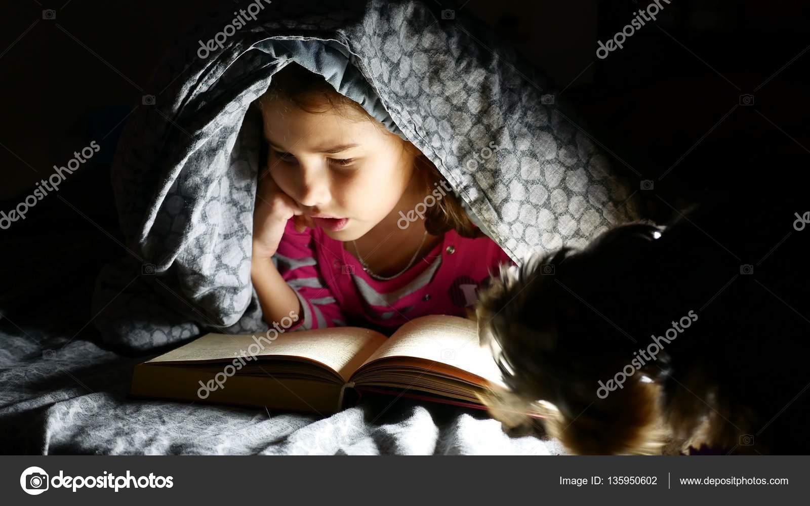 Парень снял, как его любовница ночью под одеялом делает минет
