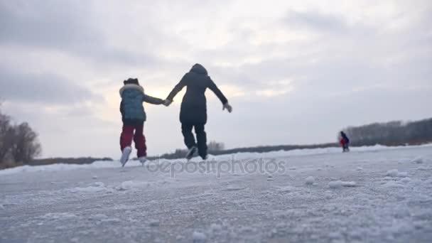 Lidé bruslit na kluziště ve sportu v zimě na ledě, aktivní zimní dovolenou rodiny