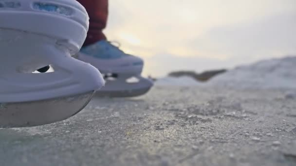 dospívající dívka, Bruslení na ledě, zimní slunce nádherný výhled, Zimní dovolená