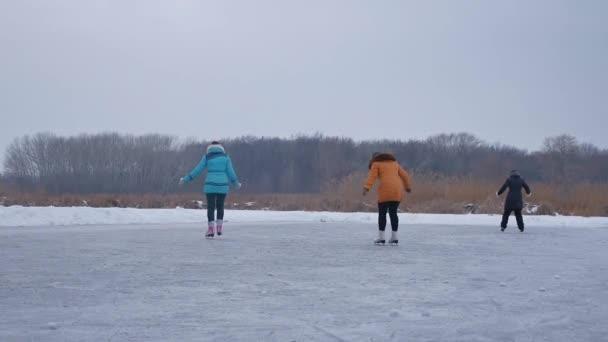 Lidé sportovní bruslit na kluziště v zimě na ledě, rodina aktivní zimní dovolené