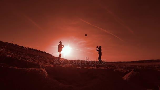 Dva muži hrají volejbal na pláži slunce sport siluety