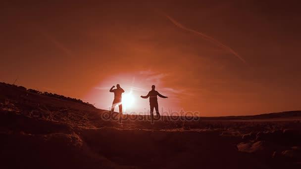 gymnastice. Dva muži na západ slunce gymnastice sportovat, skákání a běží sport