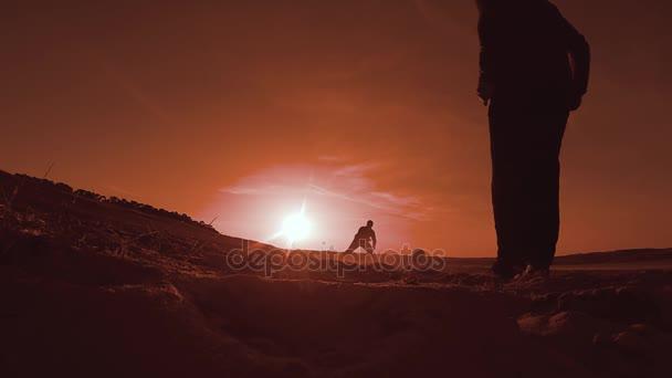 foci. Ember az ütő a labda, Labdarúgás fociznak a strand sunset nap sziluettek sport életmód