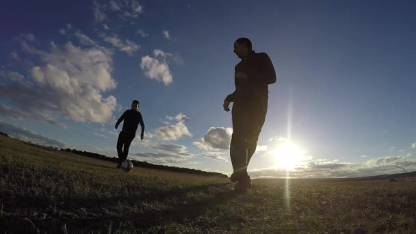 fotbal. Dva muži siluety hrát fotbal životní styl fotbalu sunset sport