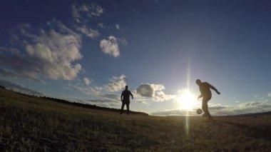 fotbal. Dva muži siluety hrát fotbal fotbal slunce životní styl sport