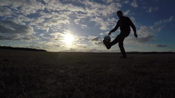 fotbal. Člověk je nádivka siluetu míč fotbal fotbal na sport slunce fotbal freestyle