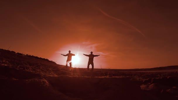 gymnastice. Dva muži na západ slunce dělá gymnastiku sportovní, skákání a sport Běh