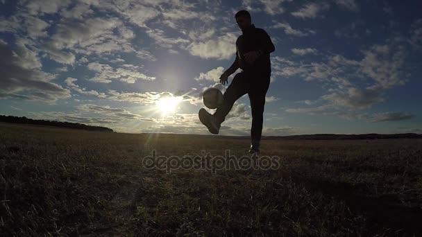 fotbal. Člověk je nádivka sport silueta míč fotbal fotbalové životní styl při západu slunce fotbal freestyle