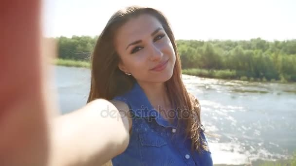 Holka dělá selfie na přírodu na smartphone. Životní styl dívka bere fotografic