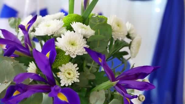 Prostírání na luxusní svatební hostinu. Krásné květiny na stole.