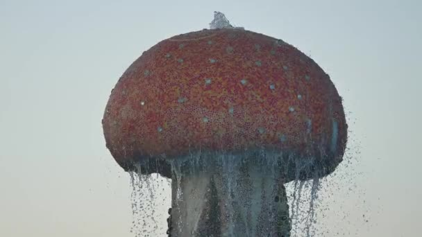 Fontana di tre getti di spruzzi dacqua e goccia dacqua. Fontana e splash