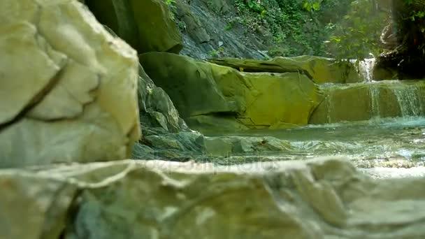 malé horské řeky s kameny. Řeka v přírodě divoké hory krásná krajina