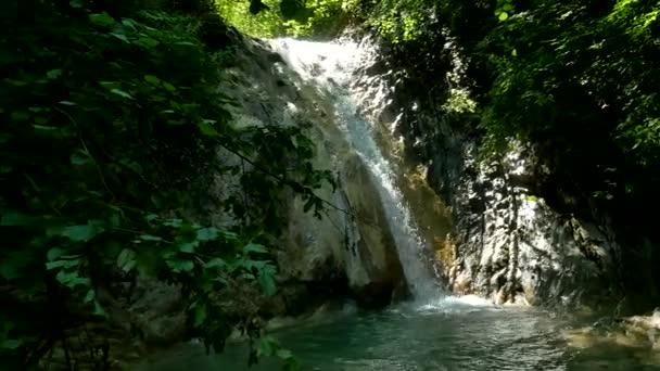 Vyschlé jezero řeka padá podzim vodopády lesní podzim olistění hory příroda krásná krajina