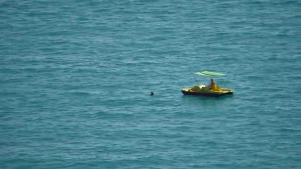A két lány egy katamarán úszni a tengerben. Két lány az óceán nyaralni. Nyílt tengeri úszás