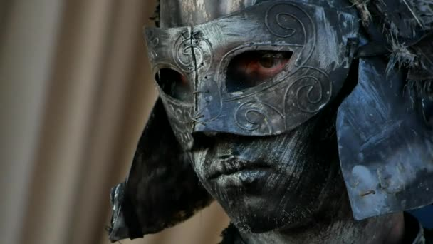 Starověký bojovník nebo Gladiator pózuje na tmavém pozadí