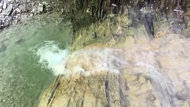 malý vodopád v pohoří skal. malá říční jezero v horách vodopád zpomalené video přírodní krajina