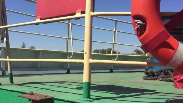 Schiffsdecks Rettungsleine und Handlauf von der ersten Person an Bord