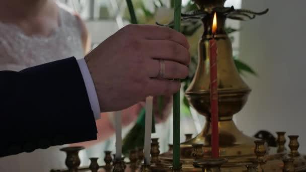 Krásná nevěsta a ženich drží svíčky během svatebního obřadu v kostele, nádherný blonde nevěsta a pohledný ženich provedení duchovní rituál, manželství koncepce
