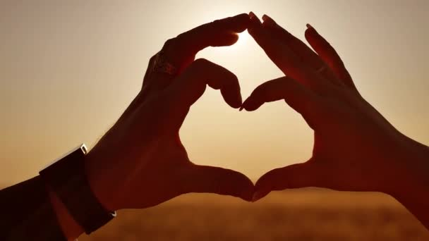 Kezek alkot szív alakú naplemente sziluett