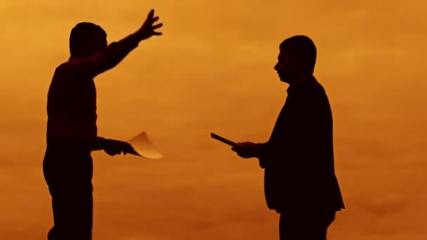 Geschäftsmann Diskussion Sonnenuntergang Silhouette Sonnenlicht stehen Zwischenablage Konzept. zwei Unternehmer Männer fluchen im freien Konflikt Kampf Slow-Motion-video anschauen