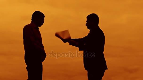 Geschäftsmann Diskussion Sonnenuntergang bösen Boss Silhouette Sonnenlicht stehen Zwischenablage Konzept. zwei Unternehmer Männer fluchen im freien Konflikt Kampf Slow-Motion-video anschauen