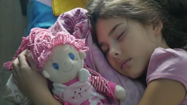 Roztomilá malá holka noc spát na pohovce doma postel a obejmout panence. brunetka dospívající dívka roztomilý spí na posteli