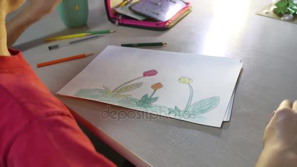 Kislány festés asztalnál. iskolás lány tinédzser rajz felhívja ceruza beltéri festék