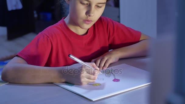 Kislány festés asztalnál. beltéri iskolás lány tinédzser a húzók, rajz ceruza