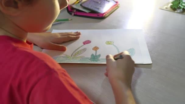 Kislány festés asztalnál. iskolás lány tinédzser rajzot felhívja festék beltéri ceruzák