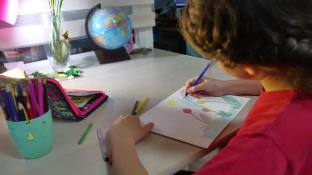 Kislány festés asztalnál. iskolás lány tinédzser a húzók, rajz ceruza beltéri festék