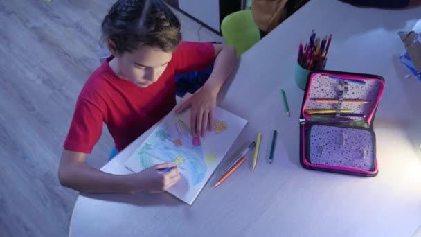 Kis lány festék festés asztalnál. iskolás lány tinédzser rajz ceruza bent felhívja