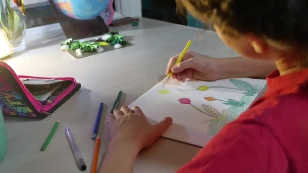 Kislány festés asztalnál. iskolás lány tinédzser felhívja festék beltéri ceruza rajz