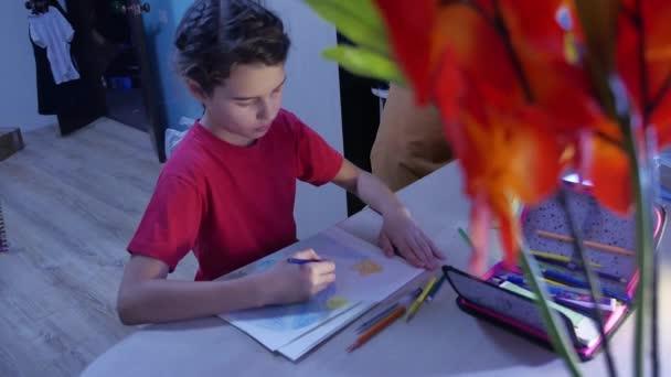 Kis lány festék festés asztalnál. iskolás lány tinédzser beltéri rajz ceruza felhívja