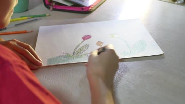 Kislány festés asztalnál. iskolás lány tinédzser ceruza rajz felhívja beltéri festék