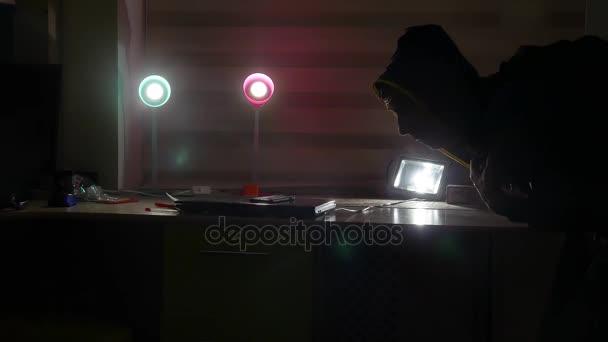 zloděj v bytový dům silueta v noci ukradne notebook a věci