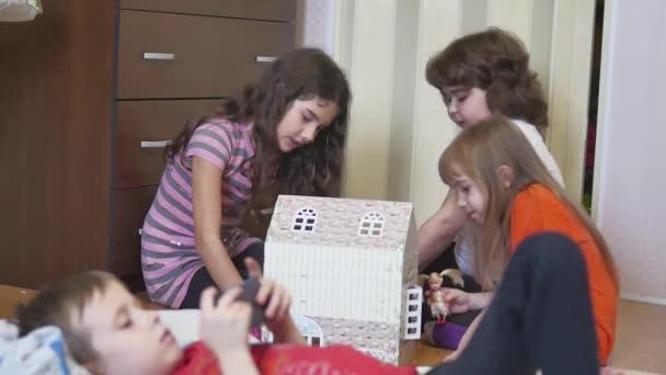 Roztomilý malý děti dívka hraje v hračkách. s dětmi ručně vyrobené krabička uvnitř panenka dům