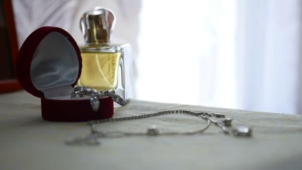 Šperky sada zlatého prstenu v dárkovém balení, náušnice, náhrdelník s perlami a dekorace příslušenství parfémy pro ženy
