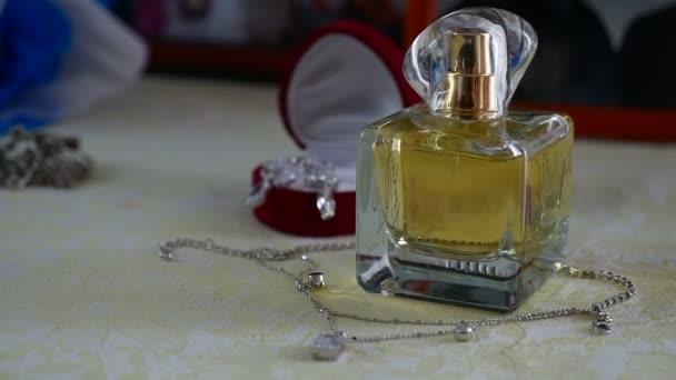 Šperky sada zlatého prstenu v dárkovém balení, náušnice, náhrdelník s perlami a dekorace doplňky parfémy pro ženy, svatební