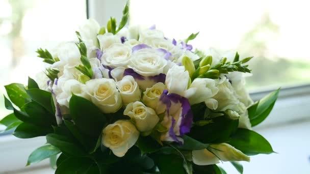 bílé Kytice růží stojí na okenní parapet blízko uvnitř okna