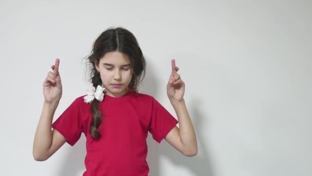 Mladá dívka dítě strach postavení palce pro štěstí. dívek dělá přání štěstí
