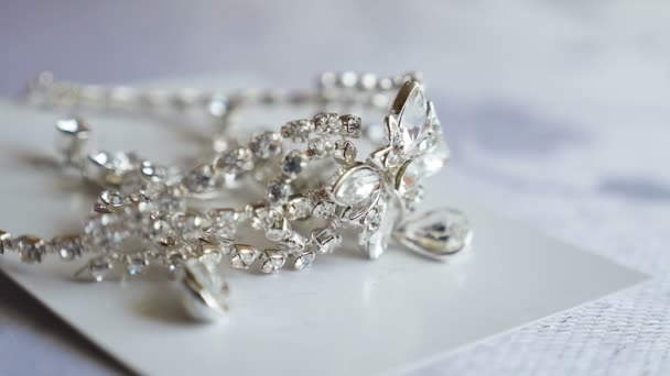 dekorace diamanty leží na stůl náušnice. Svatební náušnice jsou na stole